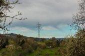 Strommast auf der grünen Wiese