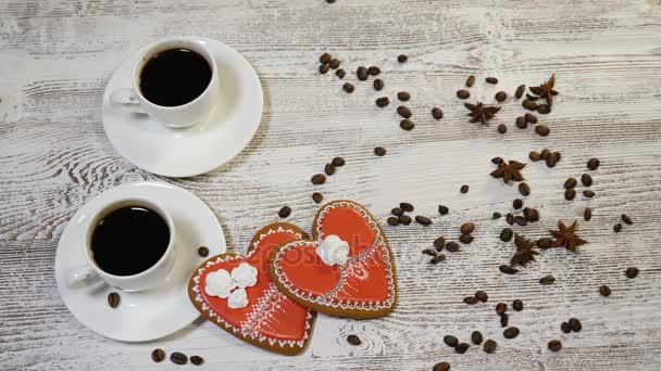 Láska vztahy. Sv. Valentýn koncept. Pohled shora na dva šálky kávy a dva zázvorové sušenky ve tvaru srdce jsou na dřevěné pozadí s kávová zrna kolem. Ženská ruka klade já tebe zpráva Poznámka, 4