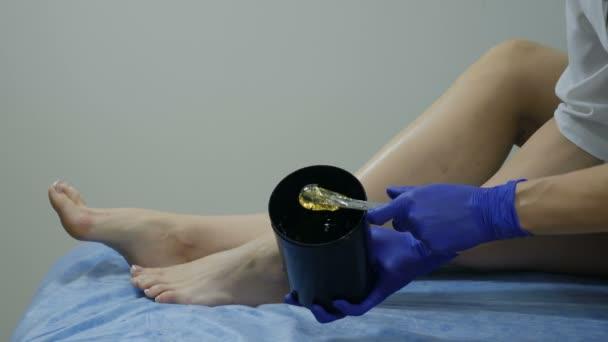 Krása a móda koncept. Odstranění vlasů. Příprava na depilaci v procesu. Epilace, depilace cukřením žena. Příprava vlasy vosk léčba. Zblízka. Snímek v rozlišení 4 K