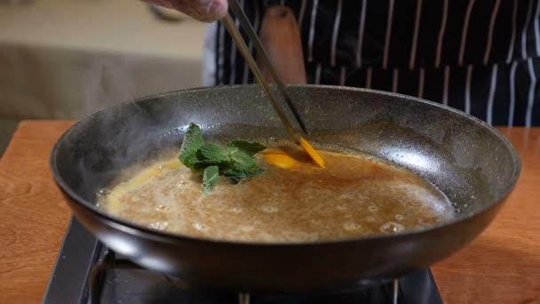 Concetto di cucina del ristorante. Chef in guanti cuochi pancake ...