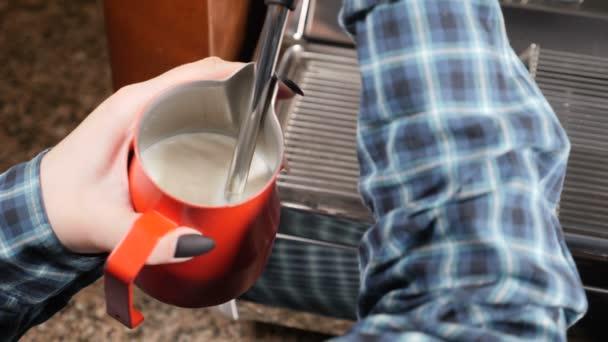 Coffee house. Barista kapučíno. Příprava espresa a parní mléka. Barista v práci, příprava teplé mléčné pěny. Zpomalený pohyb