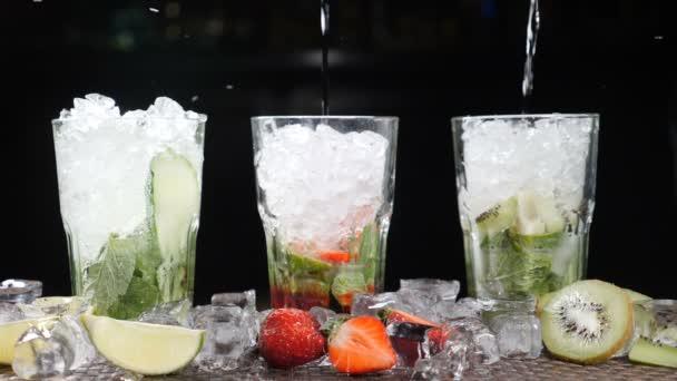 Bar und cocktail-Konzept. Barkeeper bereiten verschiedene Mojito Cocktails. Hautnah. Spritzer. Slow-motion.