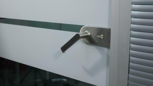 Obchodní kancelář splácení, mužské ruky otevírá sklo kliku. Muž v obleku do místnosti. Otevírací dveře v moderní kanceláři. Snímek v rozlišení 4 k