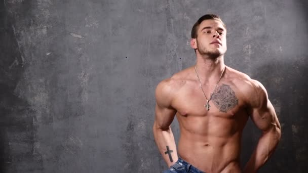 Silné a sval muž kulturista. Muž pózuje na černém pozadí, ukazuje své svaly. krásné Abs a hrudní svaly.