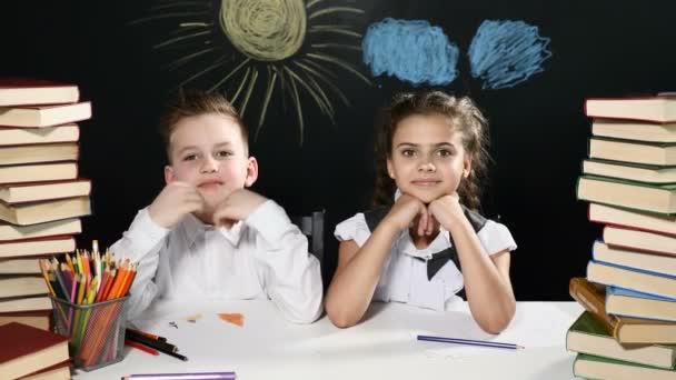 Retour au concept de l école garçon et une fille assis à un