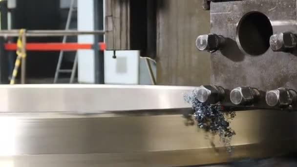 Průmyslový koncept. Obrábění v továrně pro výrobu ložisek. Kovozpracující soustruh v továrně. Moderní ložisková zařízení s plně automatickým výrobním procesem. Zblízka. 4k