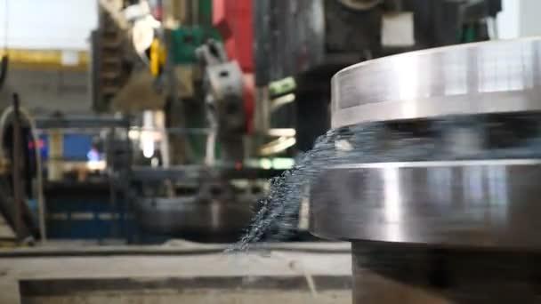 Průmysl ložisek. Obrábění v továrně pro výrobu ložisek. Kovozpracující soustruh v továrně. Moderní ložisková zařízení s plně automatickým výrobním procesem. Zblízka. Video 4k