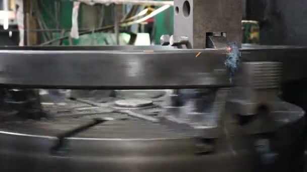 Průmyslový koncept. Obrábění v továrně pro výrobu ložisek. Kovozpracující soustruh v továrně. Moderní ložisková zařízení s plně automatickým výrobním procesem. Zblízka. Video 4k