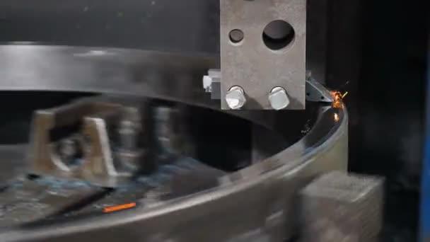 Detailní záběr výroby Bearingovy továrny. Průmyslový koncept. Obrábění v továrně. Kovozpracující soustruh v továrně. Moderní ložisková zařízení s plně automatickým výrobním procesem. zavřít