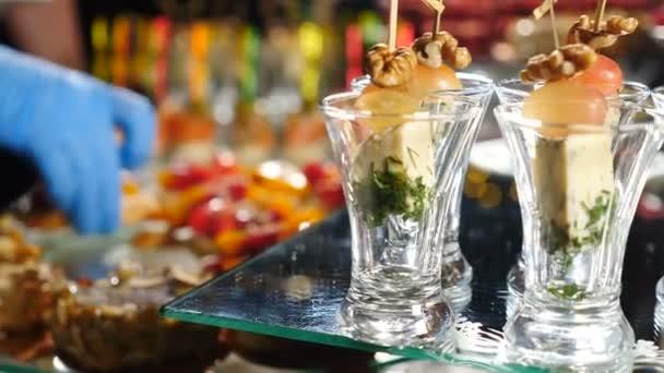 Servíruje šéfkuchař. Detailní záběr kuchaře ruce zdobení catering banket stůl s canape v hotelu. stravovací služby stravování formou švédských stolů v případě oslav, firemní nebo narozeninové oslavy nebo svatby. 4