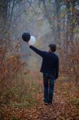 Az ember a ködös őszi erdőben fekete-fehér lufit lát a kezében, az életre gondol, jó és rossz, döntéseket hoz.