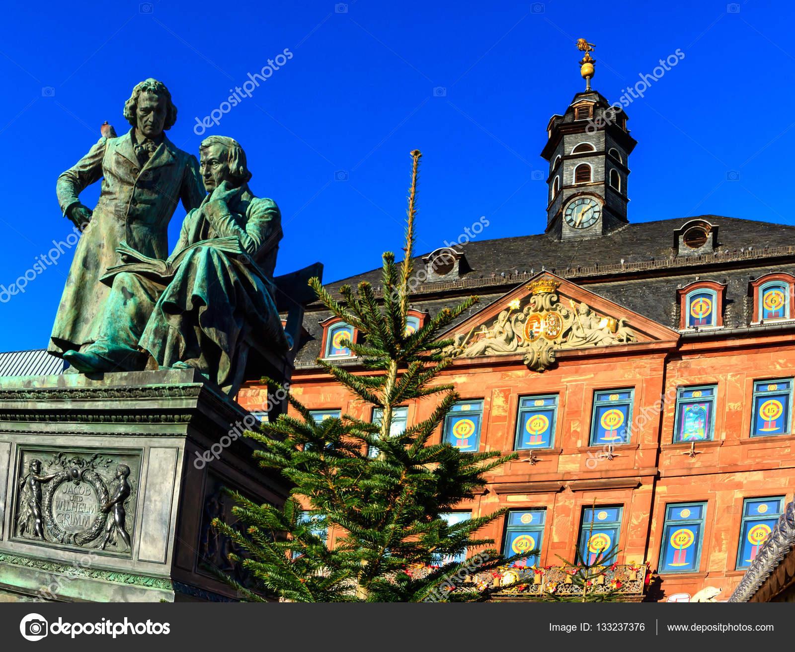 Weihnachtsmarkt Hanau.Brüder Grimm Blickte Auf Dem Weihnachtsmarkt In Hanau Deutschland