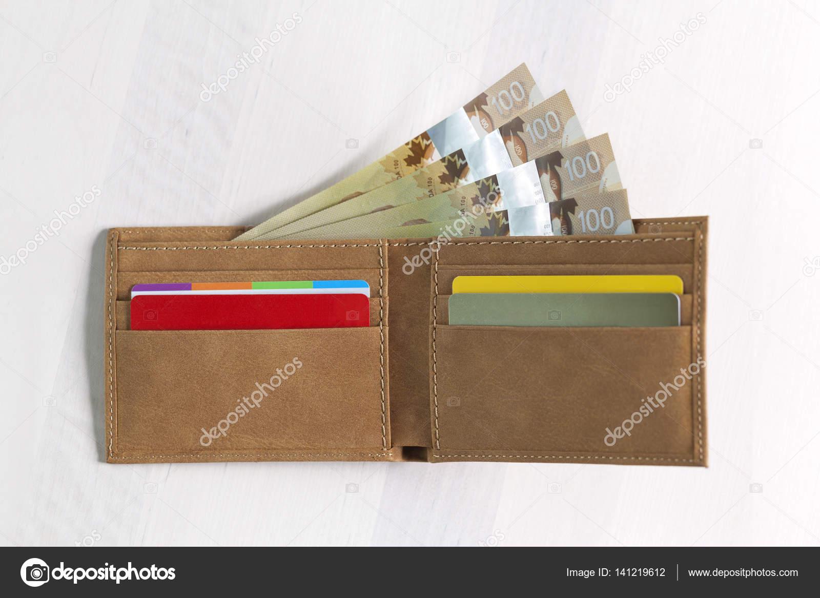 Gekleurde Leren Portemonnee.Canadese Dollars In Mosterd Gekleurde Lederen Portemonnee