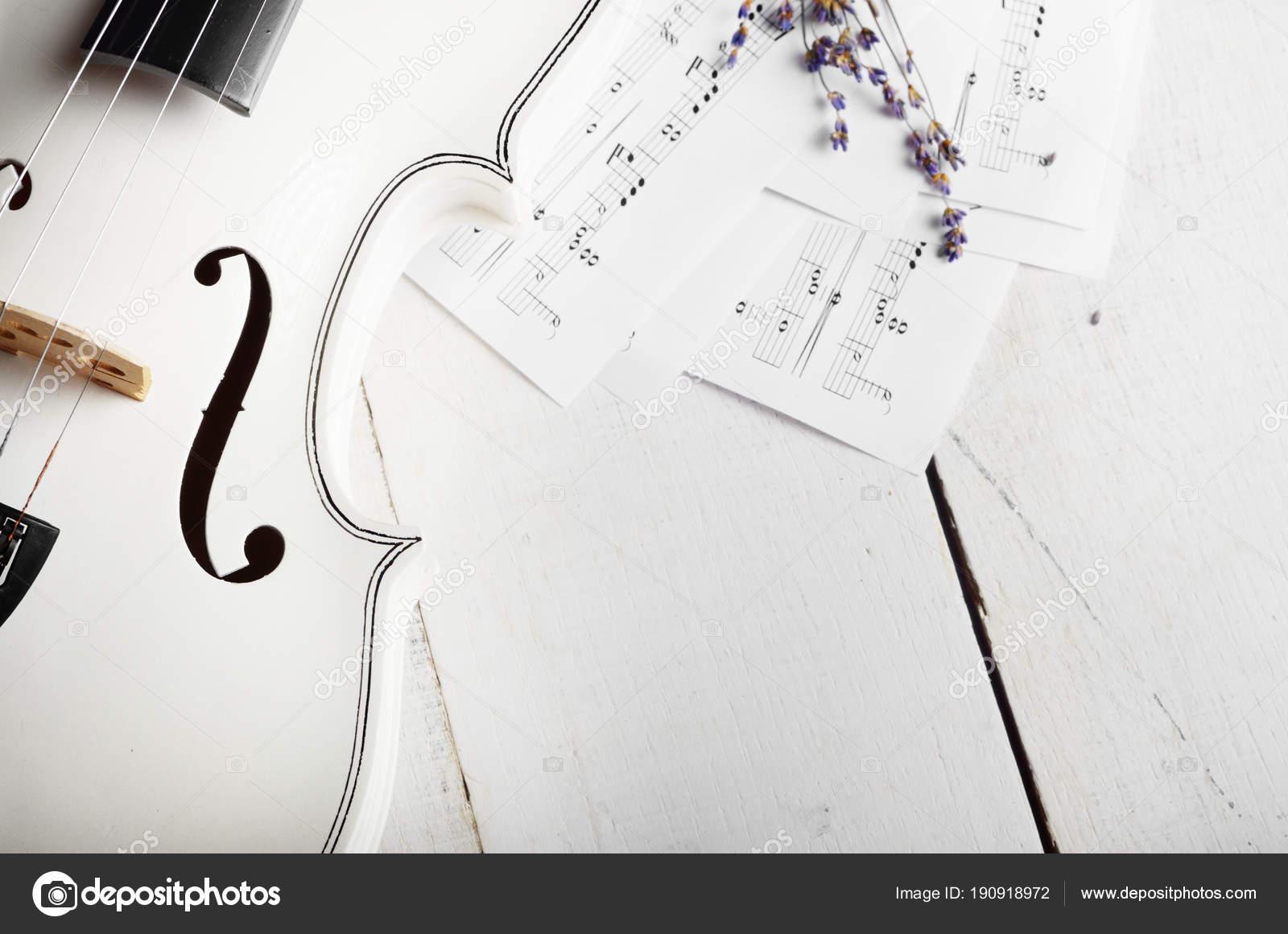 Schließen Sie die Ansicht von einer Violine Noten und trocknen Sie ...