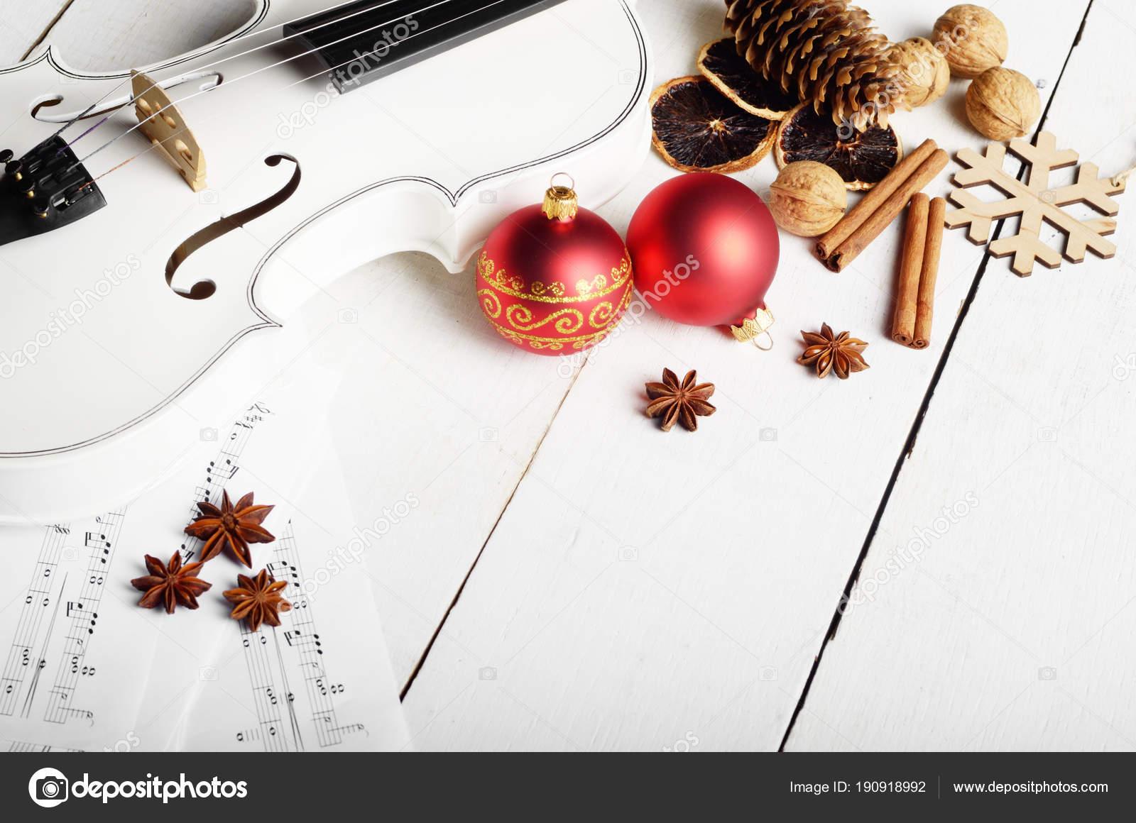 Schließen Sie die Ansicht einer Violine Noten und rote Weihnachten ...