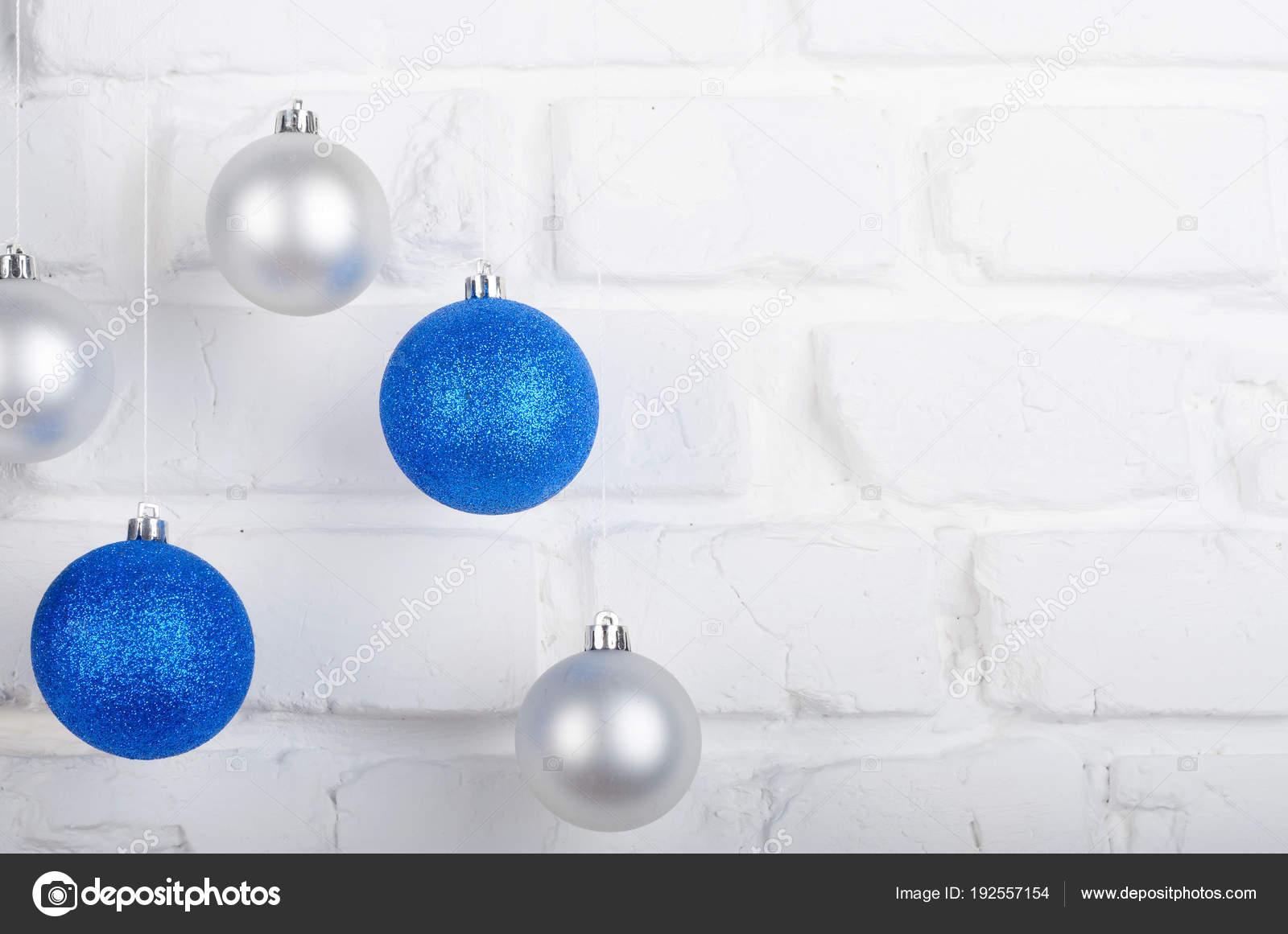 Silberne Weihnachtskugeln.Blaue Und Silberne Weihnachtskugeln Auf Weisse Ziegel Wand