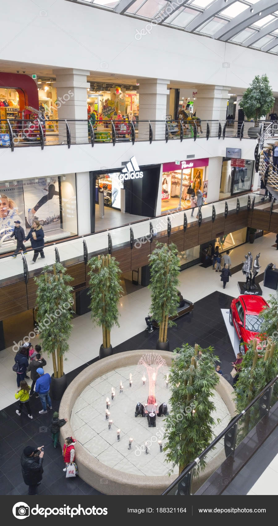 b98396b19ba Varejo de shopping com lojas de moda e restaurantes — Fotografia de ...