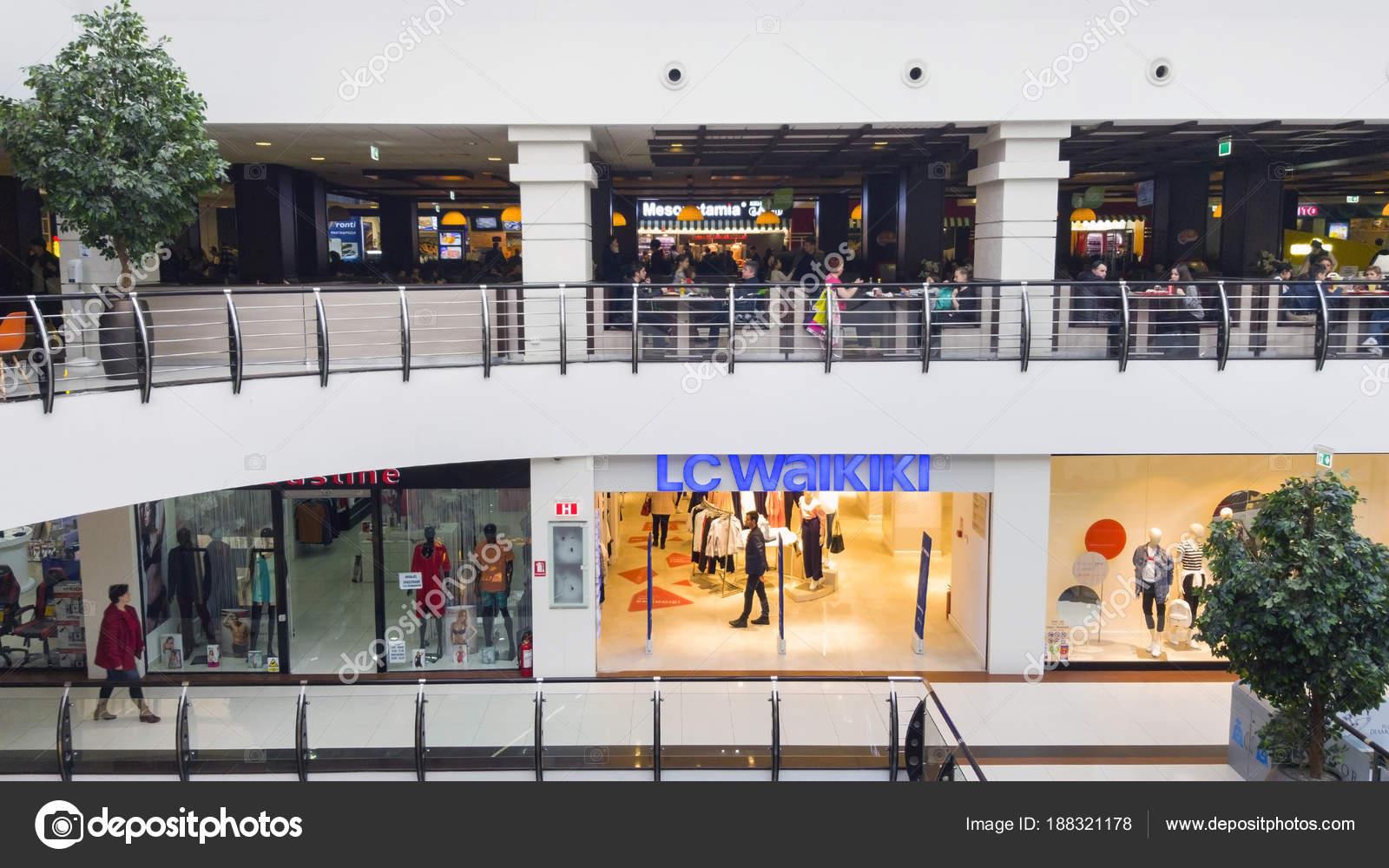 2799f739a0c Loja de moda e restaurantes em um shopping center — Fotografia de ...