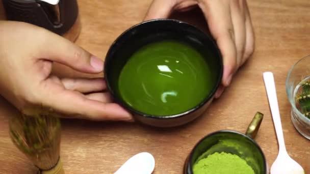 Matcha Latte Tea, Barista színes matcha lattét készít a kávézóban.
