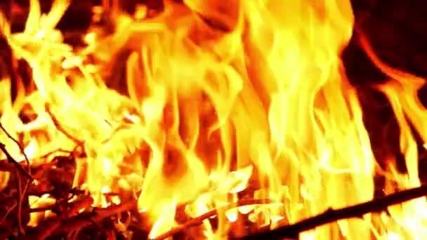 Feuerflamme brennt in Zeitlupe / Aufnahmen mit Hochgeschwindigkeitskamera.