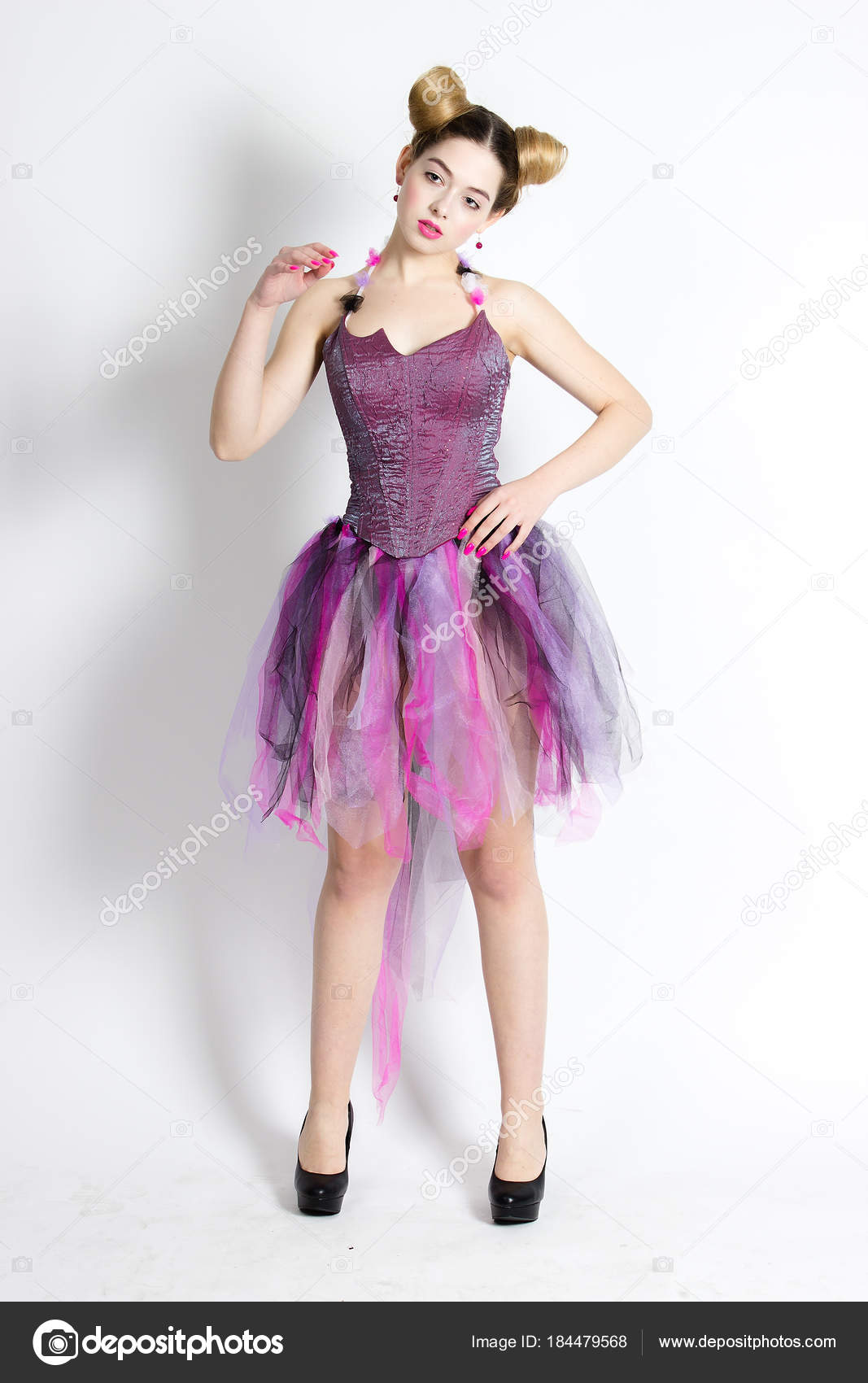 Ein Schönes Mädchen Stehend Einem Anzug Puppe Trägt Ein Kleid ...