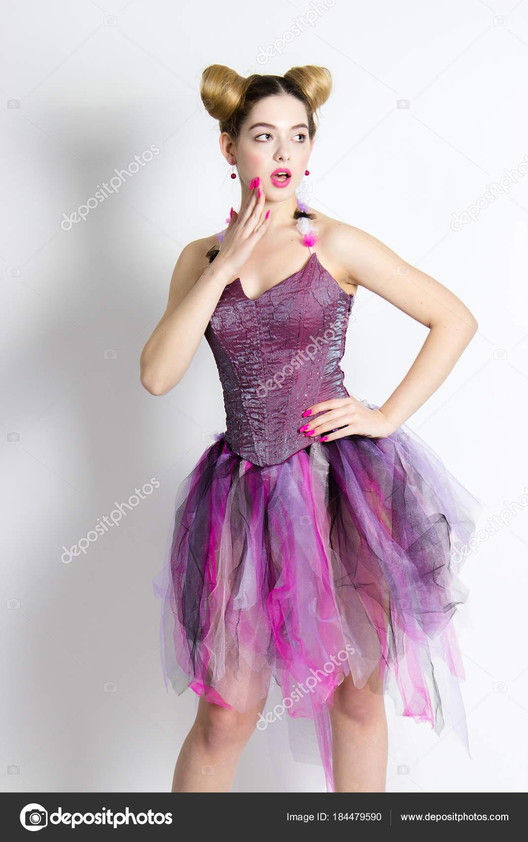 Hermosa Chica Posando Traje Vestido Rosa Similar Una Muñeca Los ...
