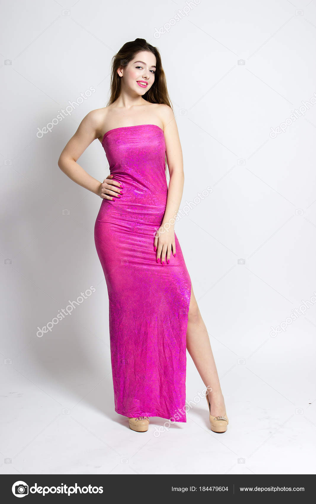 Una Hermosa Muchacha Vestido Largo Rosa Tacones Ideas Para Posar ...