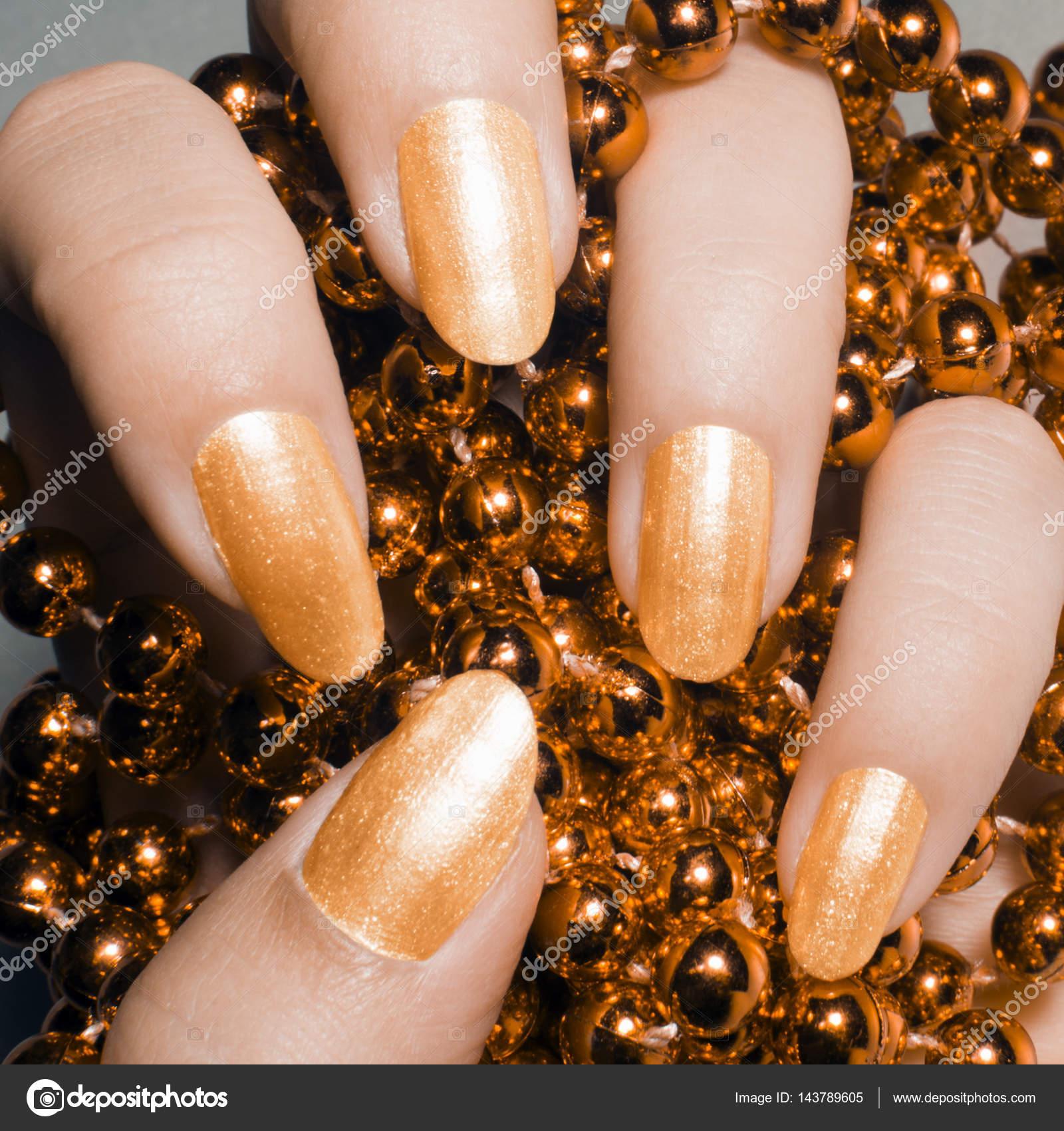glänzenden goldenen Nägel — Stockfoto © gyurma #143789605