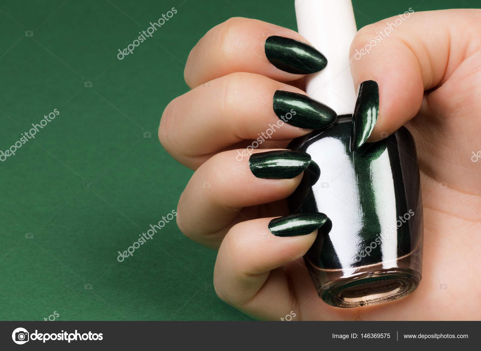 uñas verdes oscuros — Fotos de Stock © gyurma #146369575