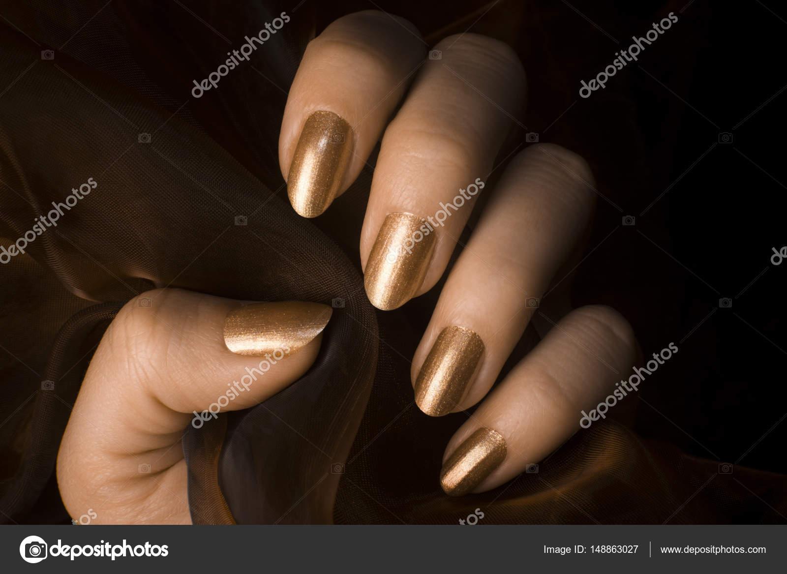 golden glänzende Nägel — Stockfoto © gyurma #148863027