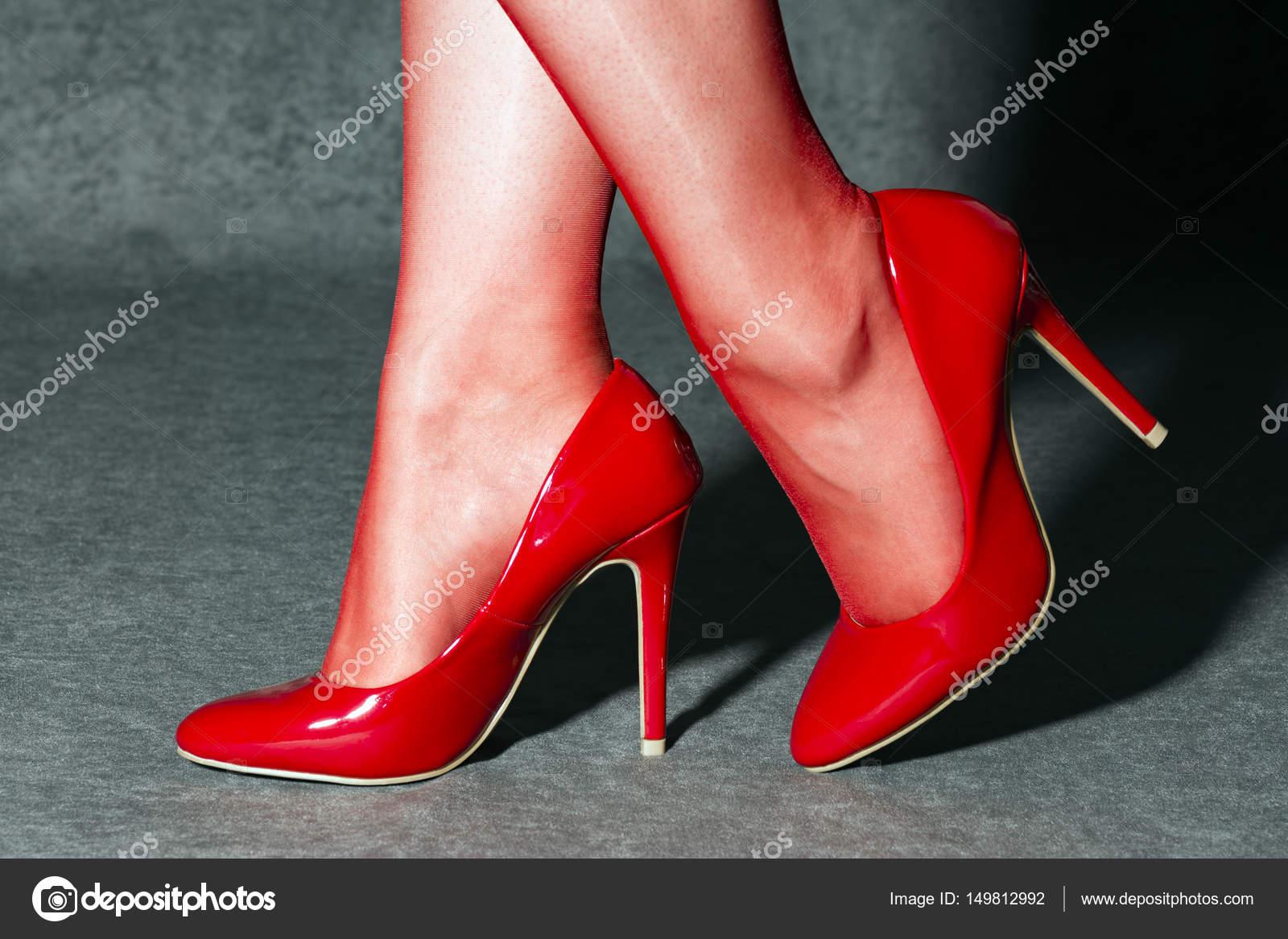 14b606d561956f Жіночі ніжки в червоними шкарпетками та взуття сексуальний червоним високі  підбори — Фото від ...