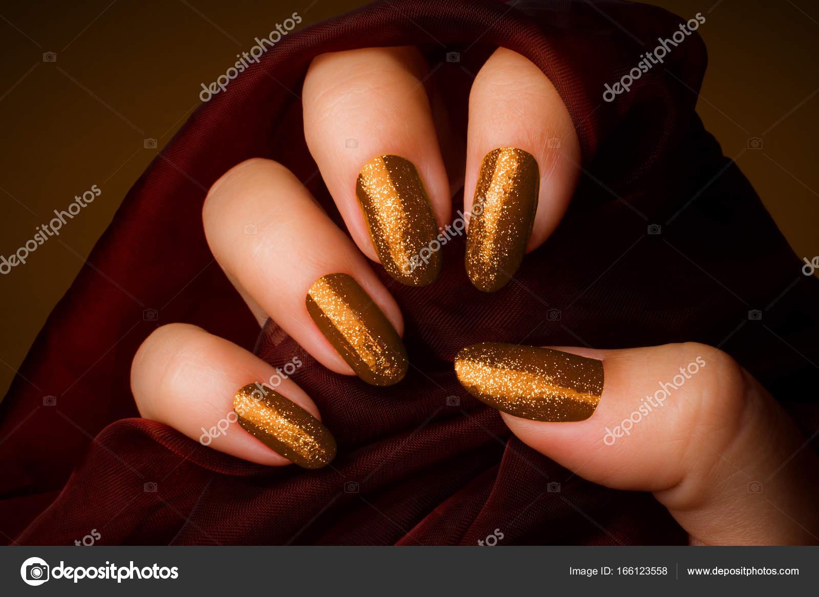 glänzende goldene Nägel Maniküre — Stockfoto © gyurma #166123558