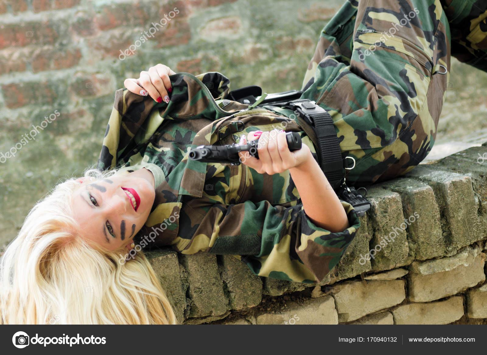 в военной форме ебут женщин