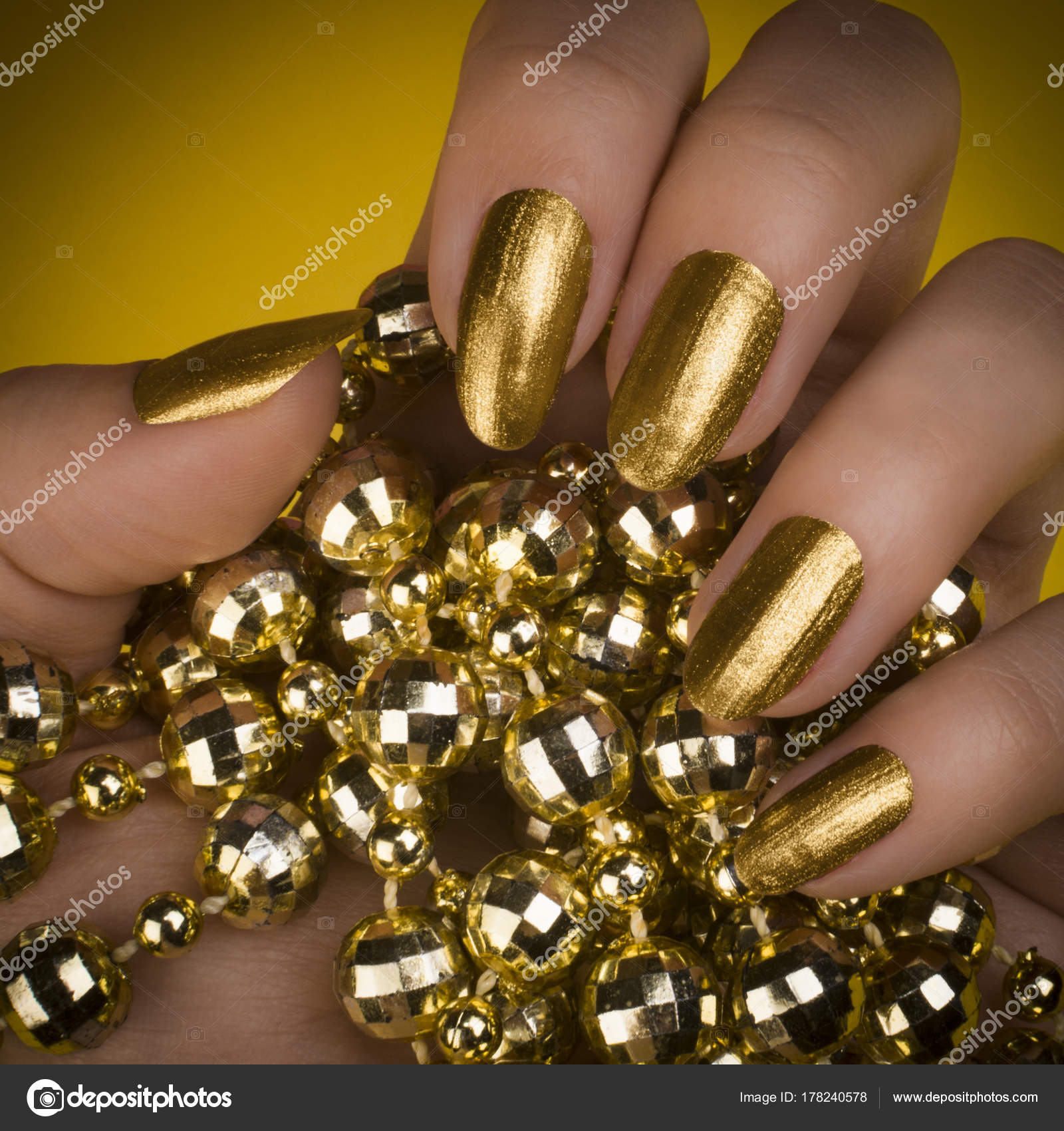 Goldene Nägel Maniküre — Stockfoto © gyurma #178240578