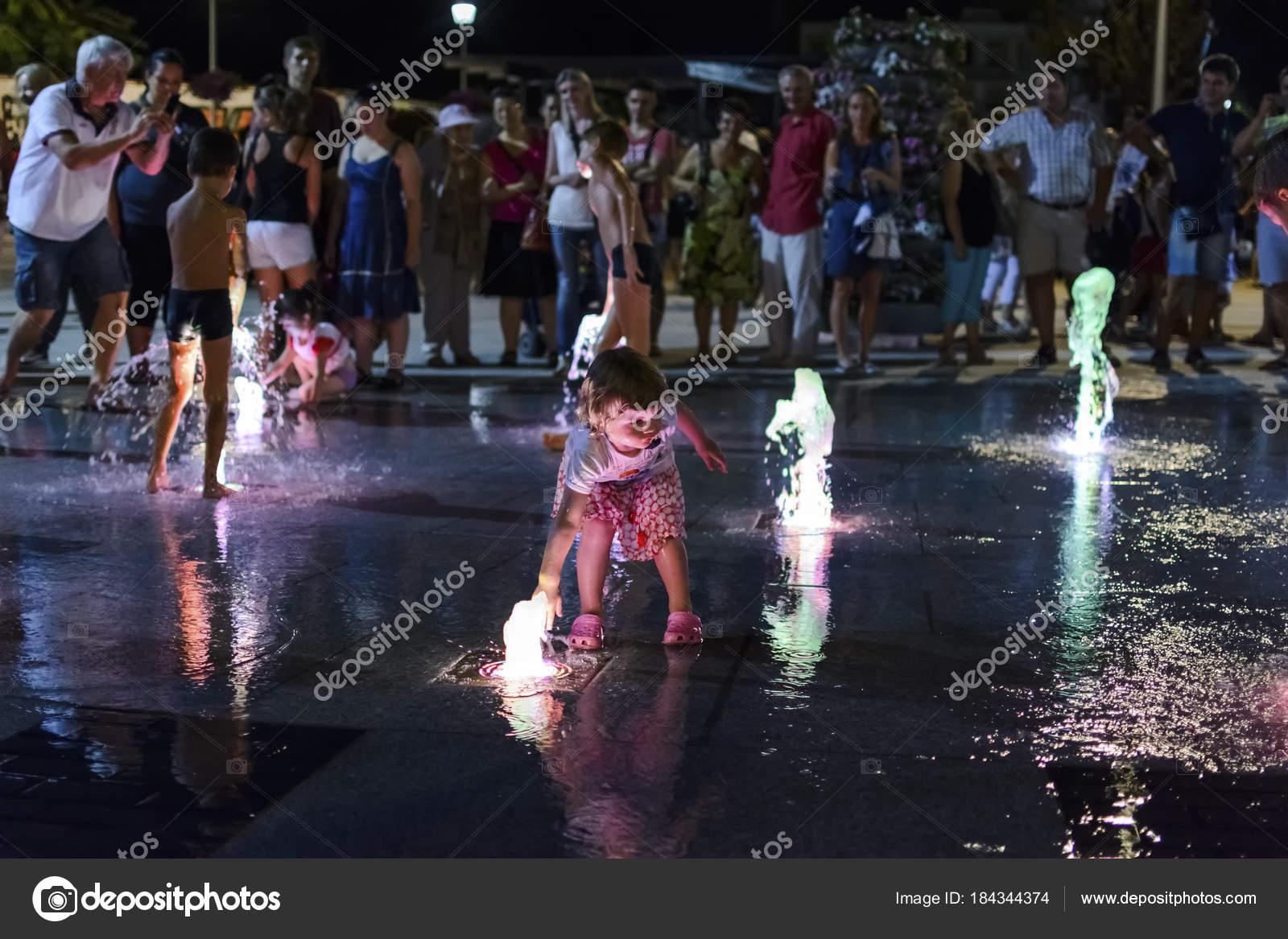 Varna, Bulgarie - 16 août 2015   Jeune fille jouant avec l eau de la  fontaine lors de l anniversaire de Varna — Image de Cpifbg13 59ea198894f