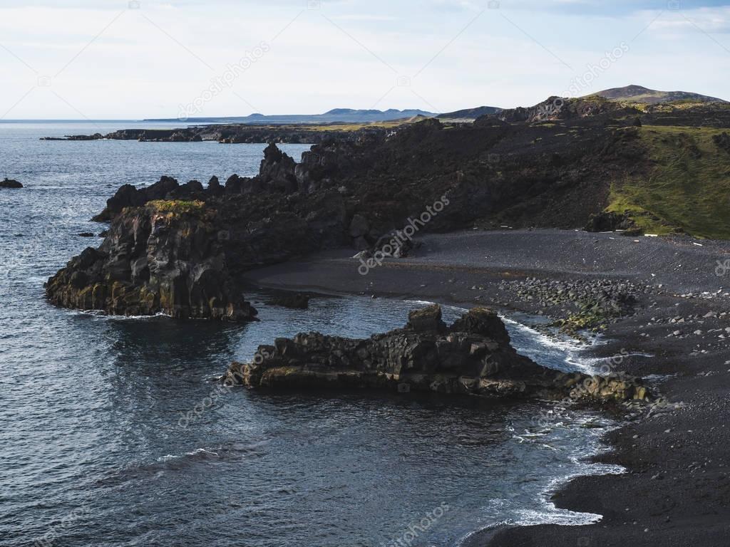 Фотообои живописный вид на побережье с темными утесами, Djupalonssandur Dritvik, Исландия