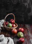 košík a jablka
