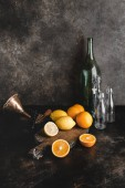 Fotografia bottiglie e agrumi