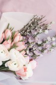 Photo beautiful spring bouquet with tender ranunculus flowers and tulips, elegant floral decoration