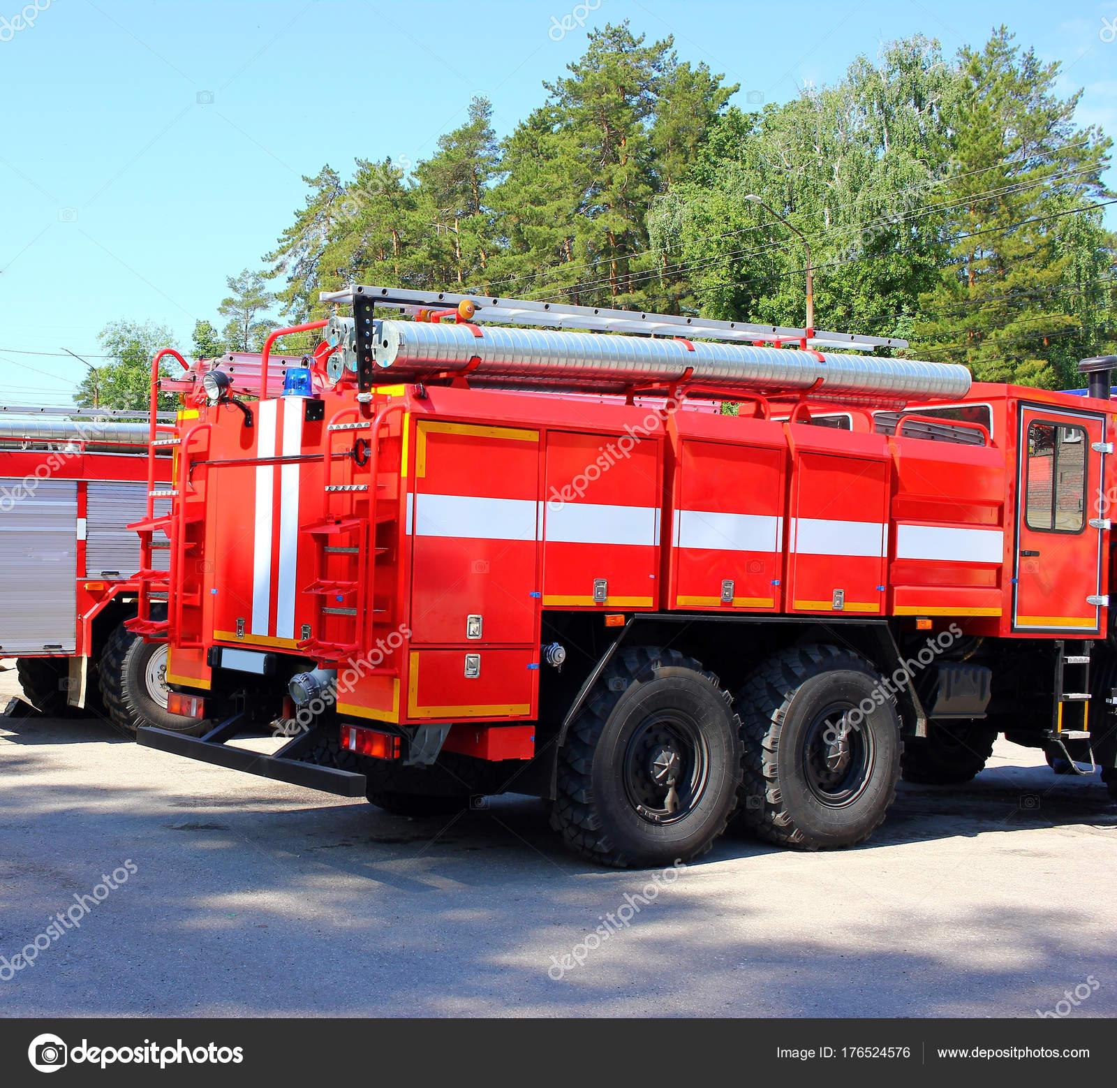 Itfaiye Arabası Yangın Ortadan Kaldırmak Için Taşıma Yangınla