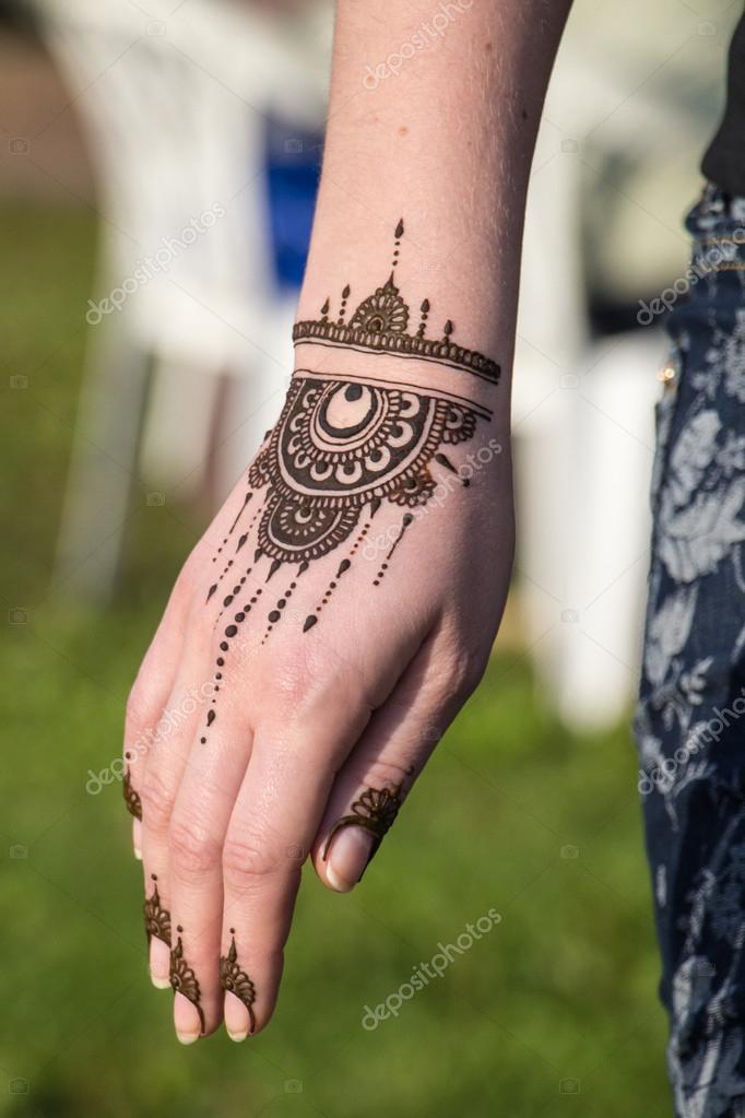 Henna Tattoo Farbe Kaufen Hannover: Bilddetails Von Henna Hand Angewendet Wird