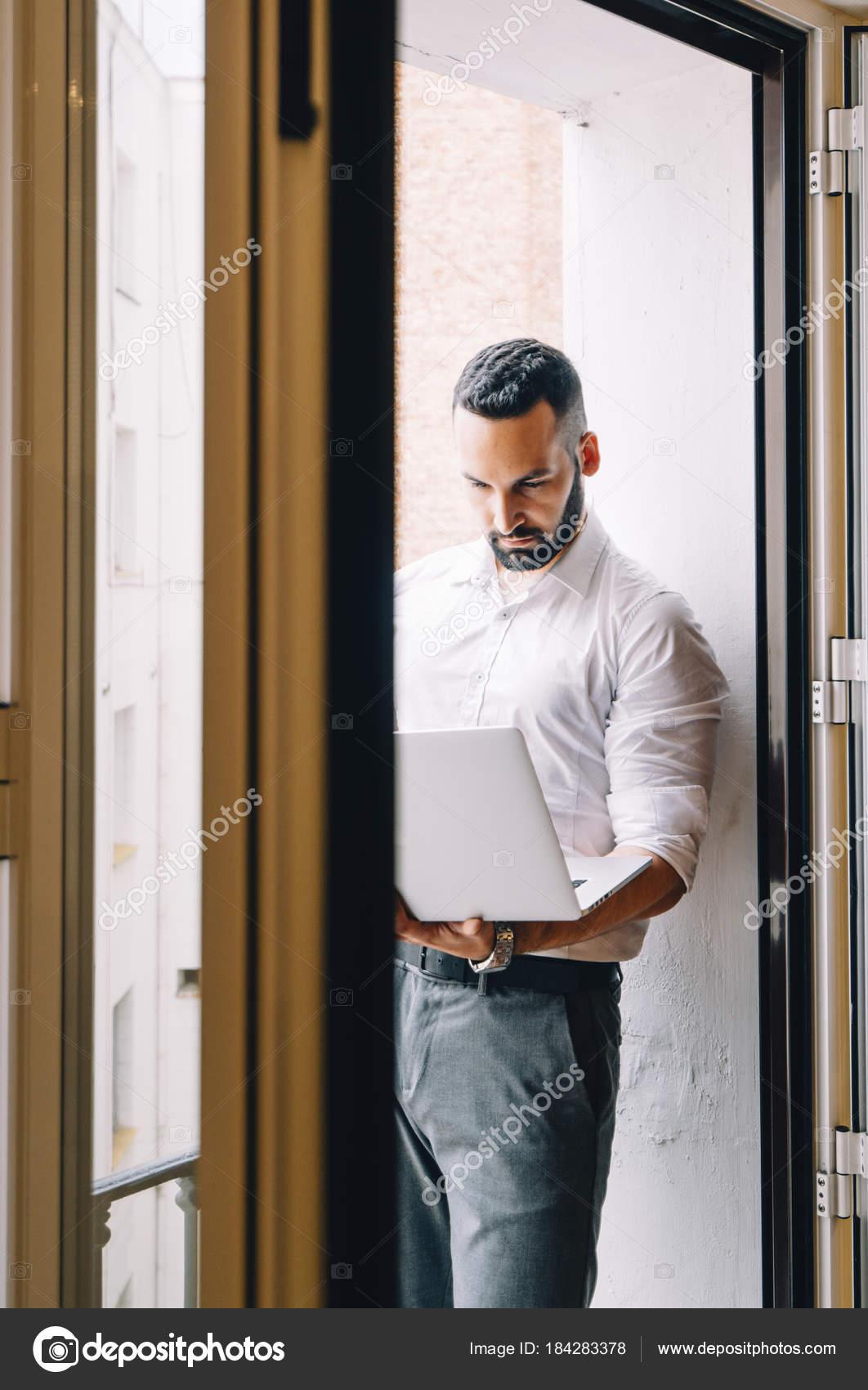 Hombre Atractivo Con La Barba Un Trabajo Con Un Ordenador Y