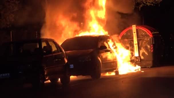 Hasiči z Madrid Španělsko udusit požár vozidla