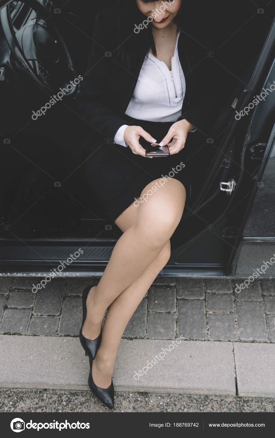 Donna Brunetta Pose In Con Auto Gonna Corta Il Esecutiva thsCrdQ