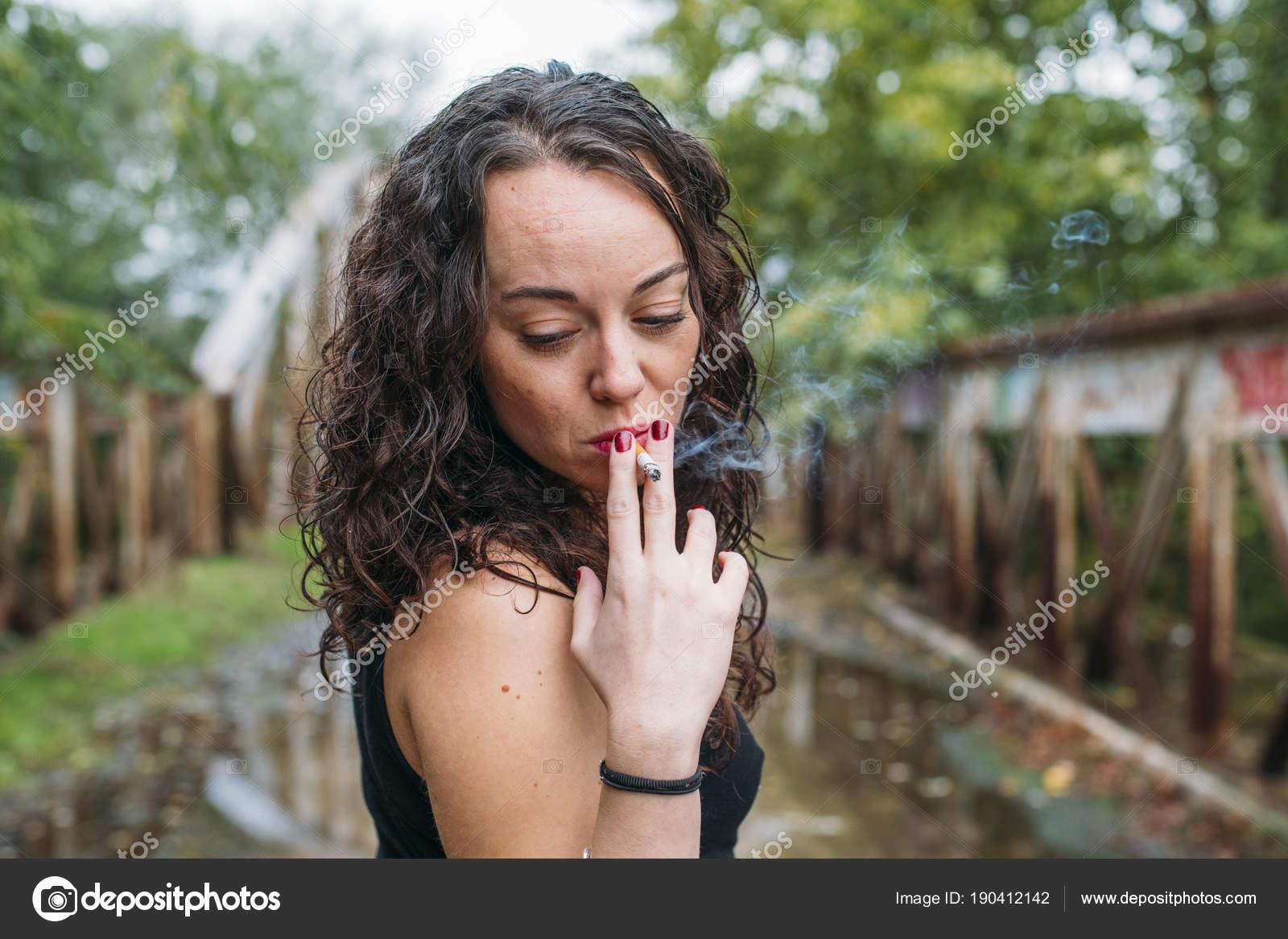 Špinavá blondýnka kouření