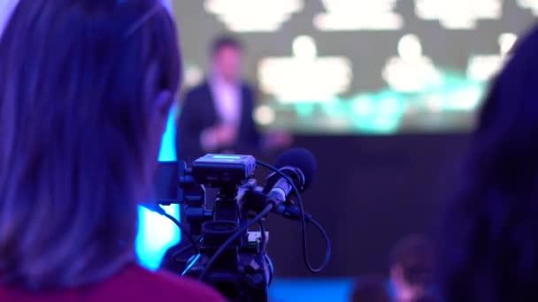 Video operátor pracuje na audiovizuální dílo