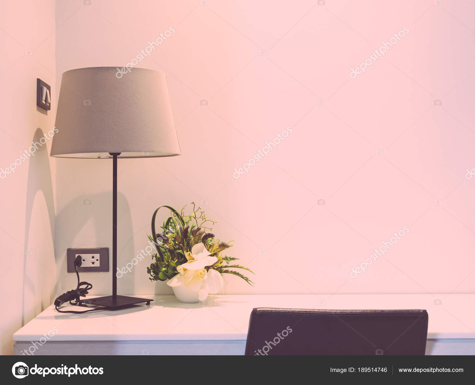 Scrivania con lampada da tavolo, camera da letto interni — Foto ...