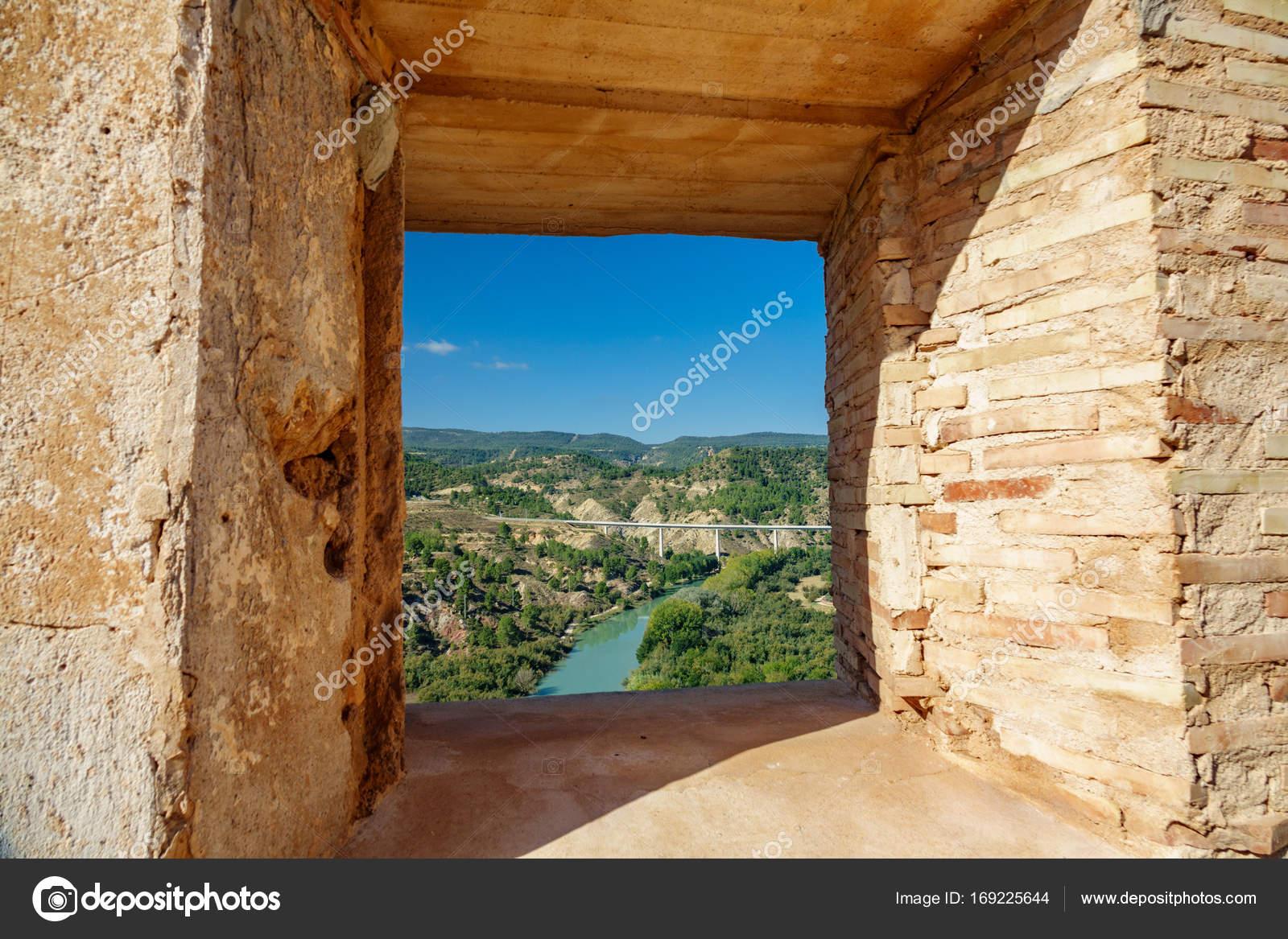 Río Cabriel y el puente a través de la ventana del castillo — Foto ...