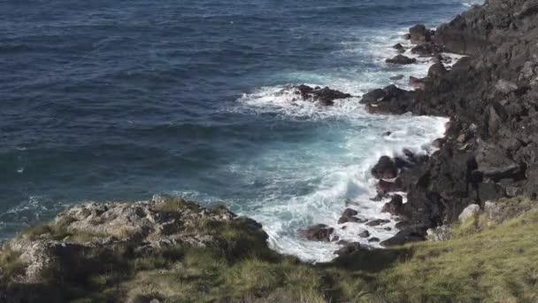 Sopečné pobřeží, lámajících se vln