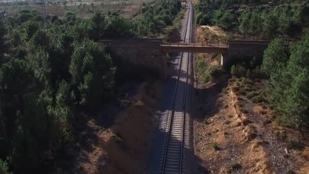 Horské kolo cyklista přes most přes linku, contra Lupa